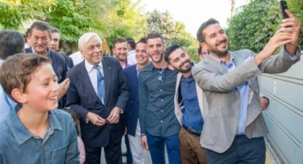To photobomb του Παυλόπουλου σε γάμο στη Μάνη (photos)