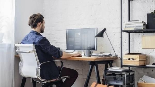 10 συμβουλές για να μην καταστρέψετε μέση και αυχένα δουλεύοντας από το σπίτι
