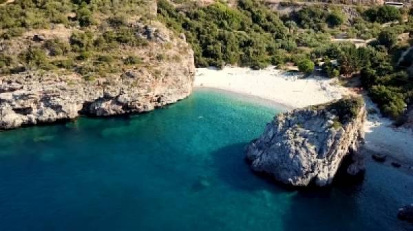 Η πανέμορφη παραλία της Μεσσηνιακής Μάνης που ήταν κάποτε το λημέρι ενός φονιά (video)