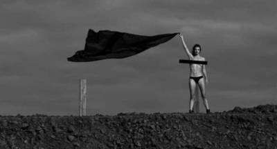 Η «αγρότισσα» από την Πελοπόννησο ποζάρει τόπλες στο Instagram