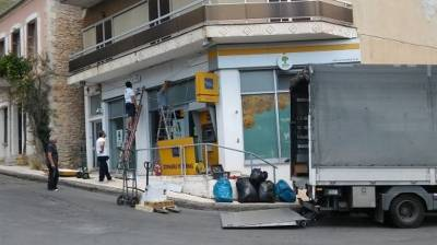 Η Τράπεζα Πειραιώς κατεβάζει πινακίδες από τις κωμοπόλεις της Πελοποννήσου