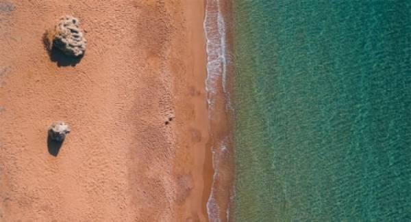 Φοινικούντα: O Παράδεισος της Μεσσηνίας με τα γαλοζαπράσινα νερά που αποθεώνεται παγκοσμίως