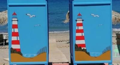 Εθελοντής βάζει την καλλιτεχνική του πινελιά σε αποδυτήρια παραλίας