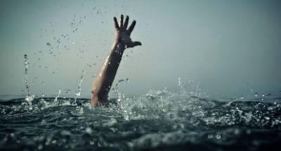 Πνιγόταν... όταν ομάδα νεαρών έπεσε στη θάλασσα και τον έσωσε!