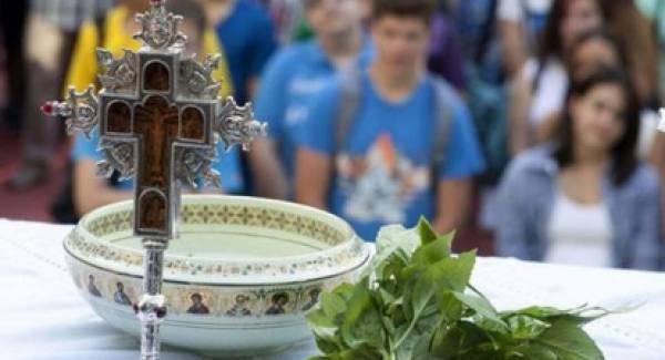 Πύργος: Ιερέας ζήτησε από τους μαθητές να βγάλουν τις μάσκες για να φιλήσουν το σταυρό!