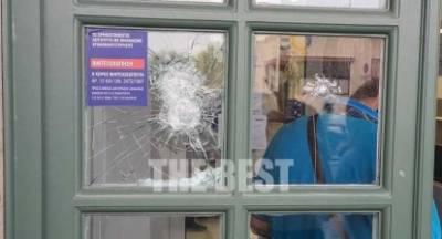 Πάτρα: Άγνωστοι έσπασαν τράπεζες και πέταξαν μπογιές σε κτίρια (photos)
