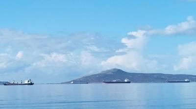 Μεγάλα φορτηγά πλοία στον όρμο της Νεάπολης