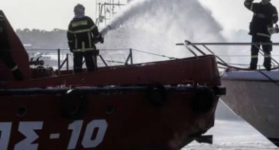 Πλωτό πυροσβεστικό στη μάχη με τη φωτιά φορτηγού πλοίου!