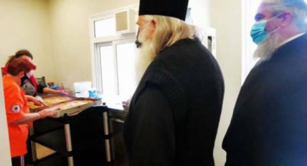 Ο Αργολίδος Νεκτάριος στο συσσίτιο του Ιερού Ναού Ευαγγελιστρίας Ναυπλίου