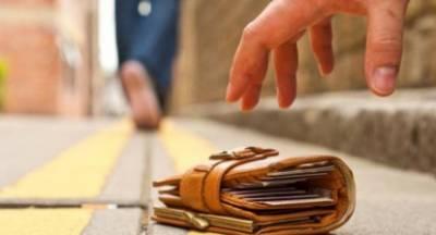 Συνταξιούχος εκπαιδευτικός βρήκε και παρέδωσε φάκελο με χρήματα!