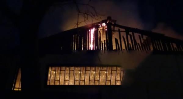Μονοκατοικία κάηκε ολοσχερώς στα Καλάβρυτα (photos)