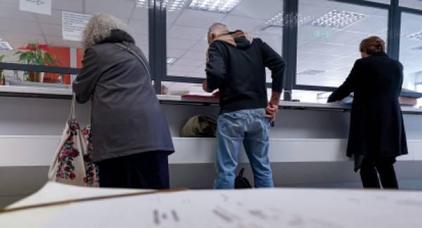 Τέλος τα μετρητά στις εφορίες. Μόνο σε έκτακτες περιστάσεις γίνονται δεκτά έως 100 ευρώ