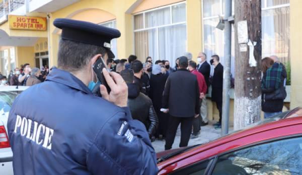 Nέα «έξοδος» των διαμαρτυρόμενων προσφύγων στους δρόμους της Σπάρτης! (photos)