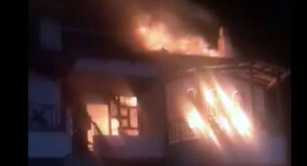 Πυρκαγιά καταστρέφει διόροφο σπίτι στο Βραχάτι Κορινθίας (video)