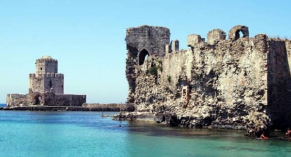 Η θάλασσα «τρώει» το κάστρο της Μεθώνης και ο Βελόπουλος ζητά πόρους από το ΕΣΠΑ