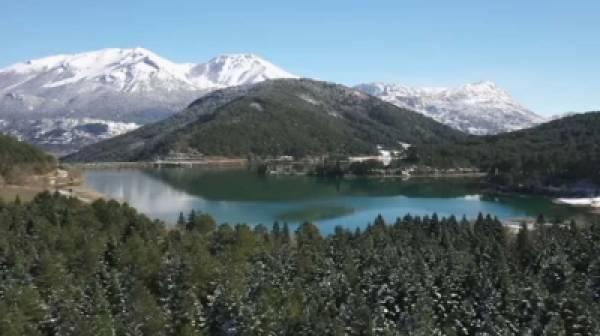 Ποια Ελβετία; Ταξίδι στα χιονισμένα Τρίκαλα Κορινθίας και τη Λίμνη Δόξα (video)