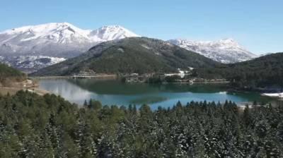 Ποια Ελβετία; Ταξίδι στα χιονισμένα Τρίκαλα Κορινθίας και τη Λίμνη Δόξα