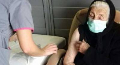 100 χρονών η Ελένη Καλαπόθου «ειρωνεύεται» τον κορονοϊο και εμβολιάζεται!