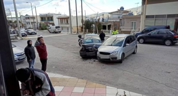 Κόρινθος: Μετωπική σύγκρουση με υλικές ζημιές