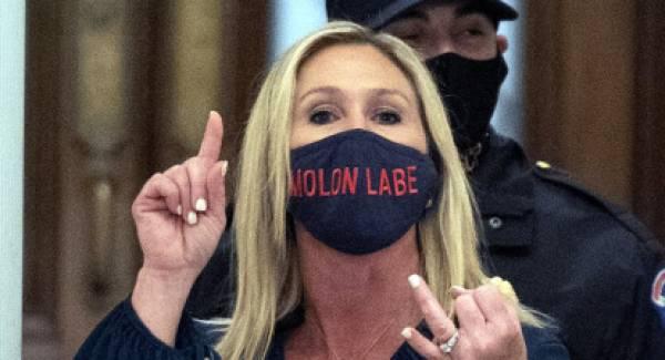 Η βουλευτής με την μάσκα «Μολών Λαβέ» που πιστεύει στην συνωμοσία QAnon