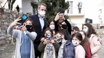 Αραχωβίτης: Μικροί μαθητές, κομπάρσοι στην προβολή Μητσοτάκη;
