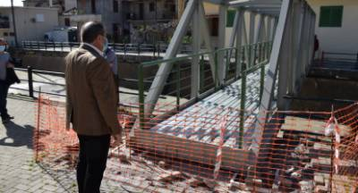Τοποθετήθηκε η μεταλλική πεζογέφυρα στο ρέμα Ξερίλα Καλαμάτας