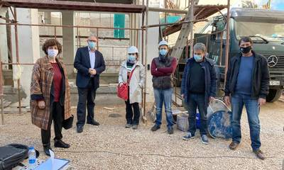 Πέτρος Δούκας: Επιβλέποντας έργα, συνομιλώντας με πρόσφυγες του Sparta Inn