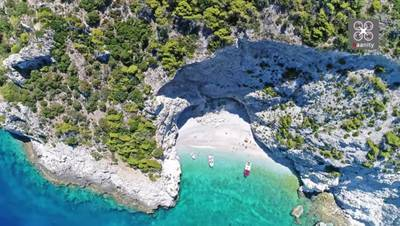 X-Beach: Η μαγευτική παραλία στον Κορινθιακό με το μυστηριώδες όνομα