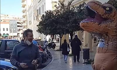 Πάτρα: Με κωδικό 6 έβγαλε το…δεινοσαυράκι του βόλτα! (video)