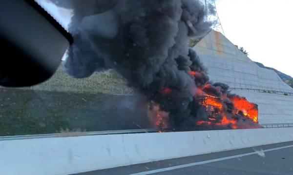 Στις φλόγες νταλίκα στην Ε.Ο Κορίνθου – Πατρών! Kλειστό το ρεύμα προς Αθήνα (video)