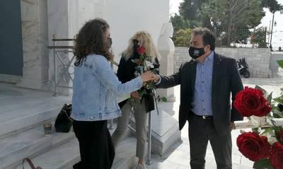 Ο Δήμαρχος Πύργου μοίρασε λουλούδια στις γυναίκες της πόλης (photos)