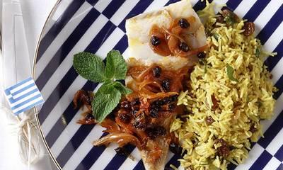 Μπακαλιάρος με μελωμένα κρεμμύδια και σταφίδες στο φούρνο