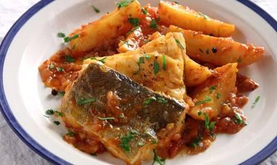 Βακαλάος αγιορείτικος με πατάτες και κόκκινη σάλτσα