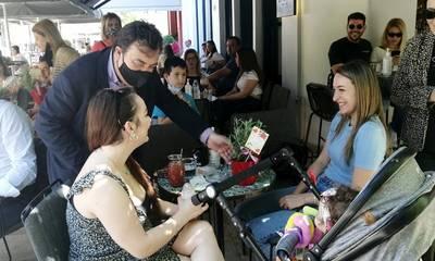 Γιορτή της μητέρας: Ο δήμαρχος Πύργου μοίρασε συμβολικά δώρα σε μητέρες (photos)