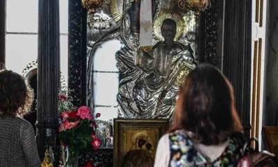 Μυροβλύζει η Παναγία η Οδηγήτρια στον Πύργο. Προσκυνούν οι πιστοί στον Ι.Ν. Αγίου Αθανασίου