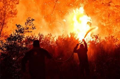 Μάχη με τις φλόγες στον Σχίνο Λουτρακίου - Εκκενώθηκαν οικισμοί και μονές (photos - video)