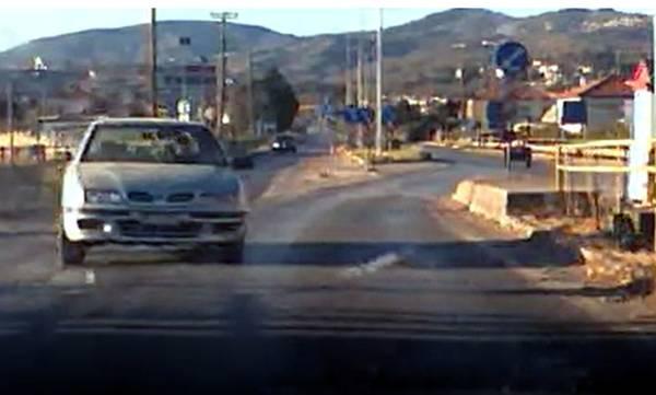 Για κλάσματα του δευτερολέπτου τρία οχήματα γλύτωσαν από σφοδρό τροχαίο (video)