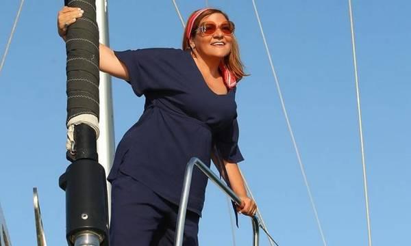 H Βίκυ Σταυροπούλου ποζάρει με μαγιό, χωρίς ρετούς στο ξενοδοχείο της στη Μάνη