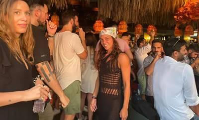 Η Καρολίνα Καλύβα διασκεδάζει σε παραλιακό μπαρ στο Λουτράκι (photos)