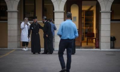 Μονή Πετράκη: Στον εισαγγελέα ο ιερέας που έριξε καυστικό υγρό σε μητροπολίτες και αστυνομικό