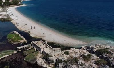 Αλμυρή Κορινθίας: Η παραλία με τα υπέροχα νερά και την φυσική νεροτσουλήθρα