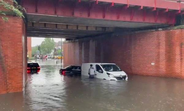 «Πνίγηκε» στη βροχή το Λονδίνο - Δρόμοι ποτάμια από πρωτοφανείς πλημμύρες