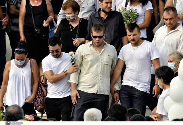 Με μια Γαρυφαλλιά στο μέρος της καρδιάς, όλο το Βέλο, όλη η Ελλάδα, στα λευκά!