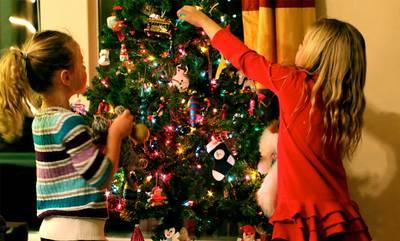 5 tips για να συμπεριλάβετε τα παιδιά στο στολισμό του δέντρου