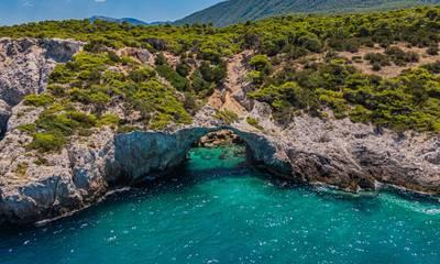 Σπηλιά της Φώκιας: Το «Γαλάζιο Παράθυρο» του Κορινθιακού