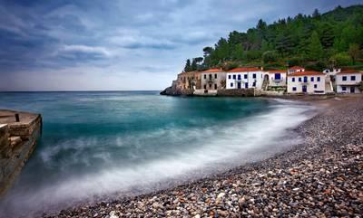 Το χωριό της Πελοποννήσου που σε κάνει να νομίζεις ότι είσαι σε νησί