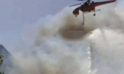 Πάτρα: Η στιγμή που ελικόπτερο ρίχνει νερό και σώζει σπίτι από τη φωτιά (video)