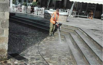 Καθαρισμός και πλύσιμο σε γειτονιές και κεντρικά σημεία της Καλαμάτας