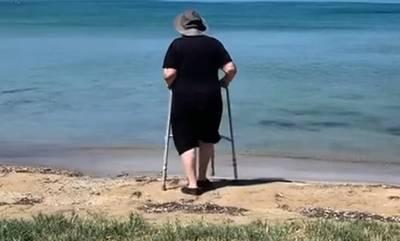 Η γιαγιά που ξεπέρασε κάθε αδυναμία για μια βουτιά στην Ελαφόνησο! (video)