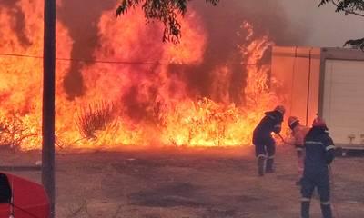 Μάνη: Ανεξέλεγκτη η πύρινη λαίλαπα, εκκενώνονται 14 χωριά, ξενοδοχεία κι 6 κάμπινγκ (photos)